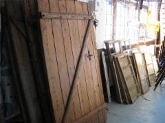 Erä vanhoja ovia ja ikkunoita liikkeestä