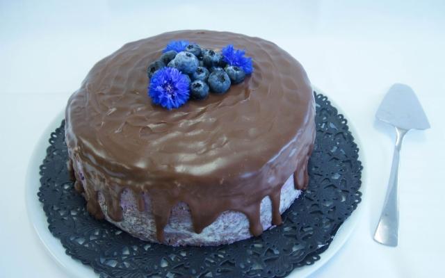 Mustikka-suklaakakku  (koristus viitteellinen)