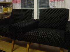 mustat_pallokankaalla_verhoillut_tuolit