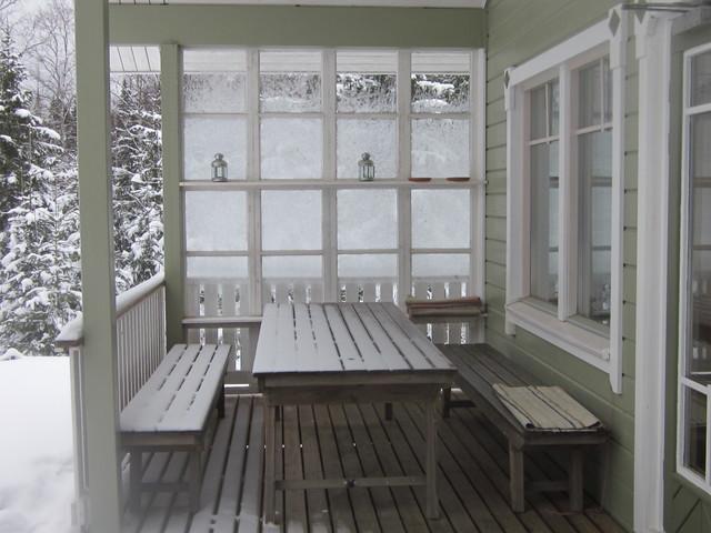 Kuistia suojaa ikkunaseinä