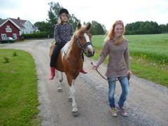 Ilman satulaa ratsastaa Justiina ja taluttaa Heidi