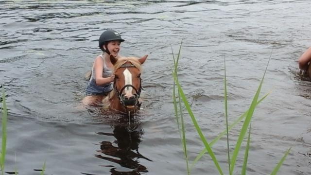 Dianan ja Vilman uimisen riemua