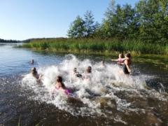 Lämpimässä säässä oli mukava mennä uimaan!