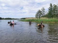 Isommat uimassa