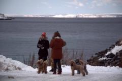 Turistit jäämeren rannalla Pykeijässä