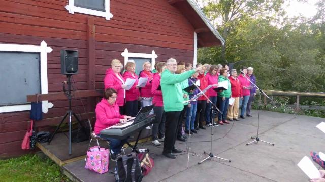 kuoro, Kaisa Pärnänen säestää, Ari Pärnänen johtaa yhteislaulua