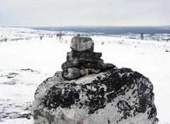 Kallopää-tunturin viisaripyykki osoittaa 30 km etäisyydellä näkyvän Nammivaaran kivipyykille,VVV