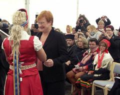 Kolttajuhlat 2009, Sevettijärvi; Tanja Sanila antaa lahjan tasavallan presidentille Tarja Haloselle, VVV.