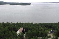 Juutuanvuono avautuu Inarin kirkolta; taustalla Ukonsaari ja muut uhripaikkaa ympäröivät lapinkylän pyhitykset. Kuva: VVV/RVL:n OH-HRH