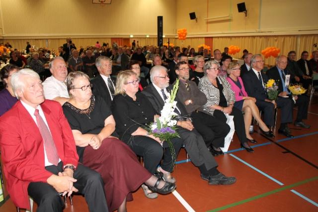 Kutsuvierasjoukko kunnioittaa yhdistysmerkkien saajia