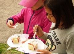 Lapsille maistuu kakku